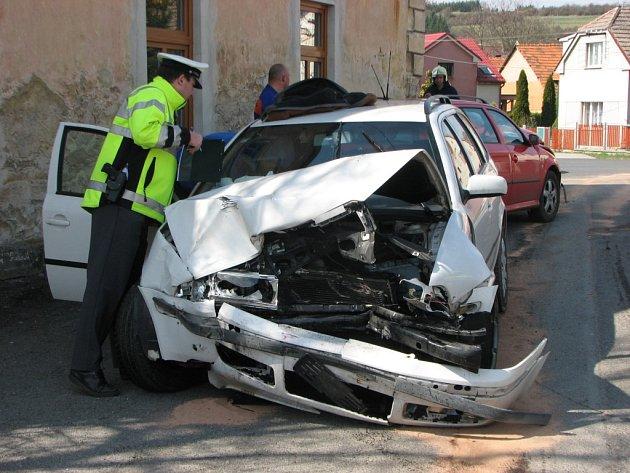 Nepozornost na jedné z nejnebezpečnějších křižovatek na severním Plzeňsku, v obci Loza, si vyžádala hned čtyři zraněné