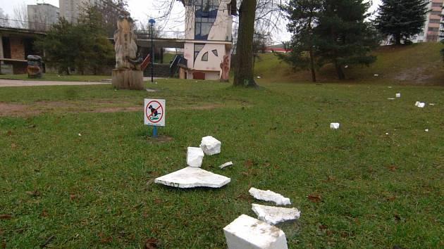 Oblíbený park na Slovanech je v současné době ostudně zaneřáděný izolační pěnou, kterou používají stavební firmy při zateplování panelových domů