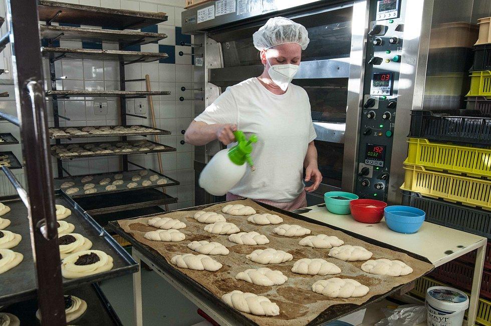 V pekárně tvoří také další druhy sladkého velikonočního cukroví.