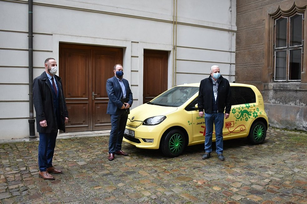 Plzeňský magistrát rozšířil svůj vozový park o první elektromobil.