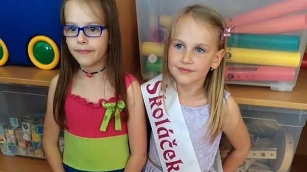 Verunka (vpravo) při pasování na prvňáčky. Vlevo je její starší sestra Kačenka.