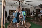 Na zámku Kozel proběhla unikátní prohlídka kaple a výstava létajících strojů Da Vinciho s hranými výjevy v kostýmech.