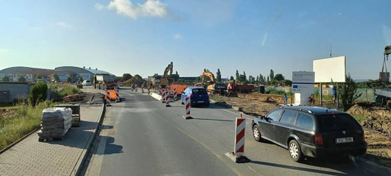 Výstavba nové okružní křižovatky západního okruhu prodlužuje omezení v dopravě do poloviny září.