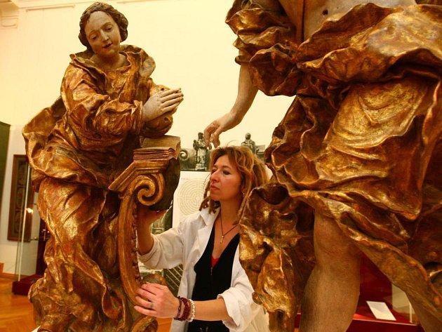 Ludmila Kristová ze Západočeského muzea v Plzni instaluje barokní sousoší Zvěstování od plzeňského sochaře Lazara Widmana