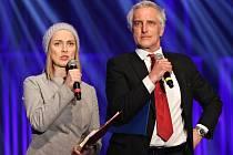 Večerem i letos provede moderátorská dvojice ve složení Tomáš Hanák a Bára Poláková