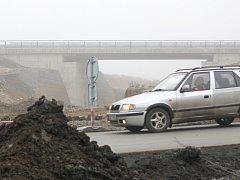 Mezi Kyšicemi a Dýšinou se zatím ještě jezdí po staré silnici. Ve druhé polovině ledna ji však nahradí nová cesta vedoucí po zcela novém mostě, který už je hotový
