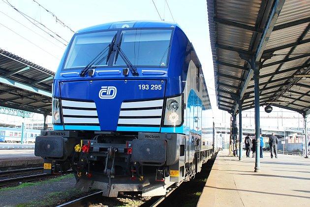České dráhy v Plzni představily i lokomotivu Vectron v novém designu. Cestující ji tady ale vídat nebudou, protože z Prahy bude jezdit do Drážďan, Berlína a Hamburku.
