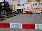 Policie odvádí pravděpodobného pachatele z ubytovny u nádraží v Horní Bříze