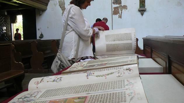 Listovat rukopisy můžete na výstavě v kostele sv. Petra a Pavla v Plzni-Liticích, ovšem pouze v rukavičkách