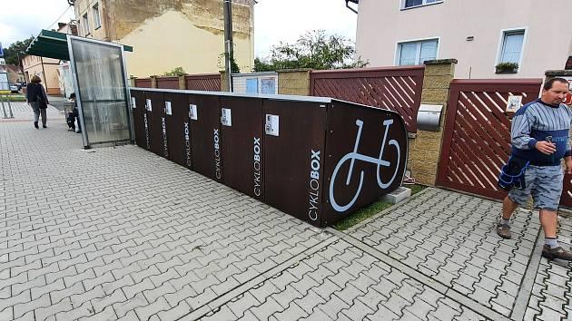 Cyklobox je na autobusové zastávce.