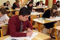 Maturanti ze SPŠ elektrotechnické včera stejně jako jejich vrstevníci v celé republice psali test z matematiky