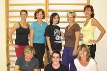 Na snímku první skupina cvičenek s cvičitelkou Šárkou Kvíderovou (druhá stojící zleva) před středečním cvičením
