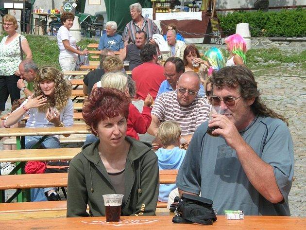 I když přišlo na pivní slavnosti do Nepomuku jen kolem šesti set návštěvníků, zlatavý mok tekl proudem