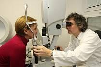 Přístroj Calhoun už jen dokončí úpravu čočky přímo na pacientovi a pomocí ultrafialového paprsku změnu natrvalo zafixuje. Na snímku přístroj předvádí lékař a jednatel plzeňské společnosti Ofta Gabriel Hadrávek