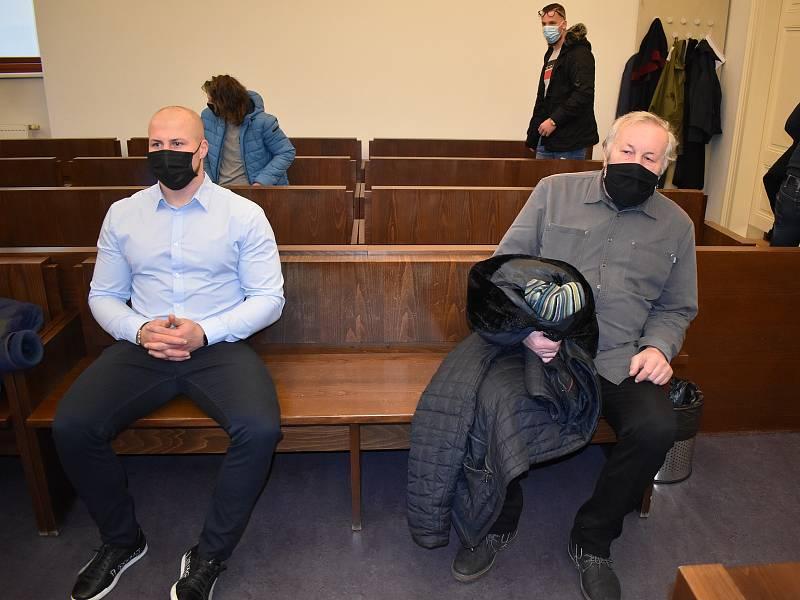 Patrik Marcel (modrá košile, černá rouška), Jaroslav Marcel (šedá košile), Tomáš Andrlík (modrá košile, světlá rouška) a Jakub Hlaváč (modré sako) u plzeňského soudu.