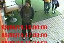 Záběry lupiče, který postupně přepadl tři obchody v Plzni