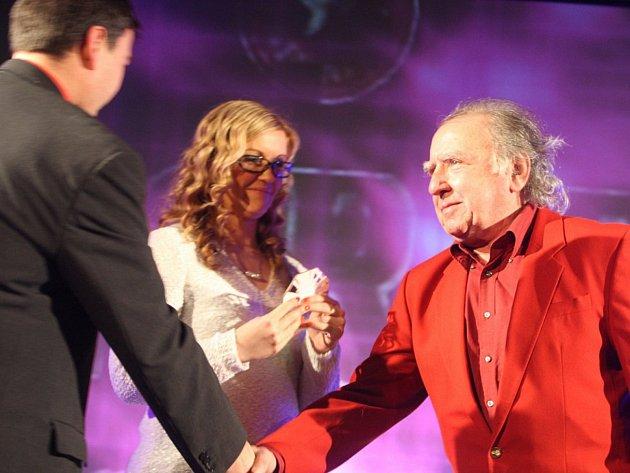 Stanislav Trnka (vpravo) na archivním snímku na předávání cen pro nejlepší sportovce okresu Plzeň-jih za rok 2013.