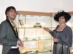 Kurátoři expozice Michal Červenka a Hana Runčíková ukazují mosaznou čelenku, již nosila Ema Destinnová.