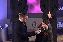 Vítězem třetího ročníku čtenářské soutěže Sportovní hvězda Deníku se stal  jedenáctiletý sportovní střelec Filip Brantlík (na snímku vpravo) z ČSS Senco Žilov, kterého na pódiu vyzpovídal moderátor večera Radek Šilhan