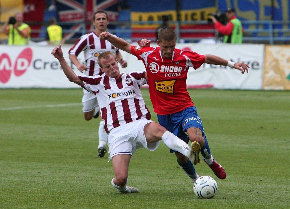 David Limberský v dresu Sparty zkouší zastavit plzeňského Martina Filla v srpnu 2008.
