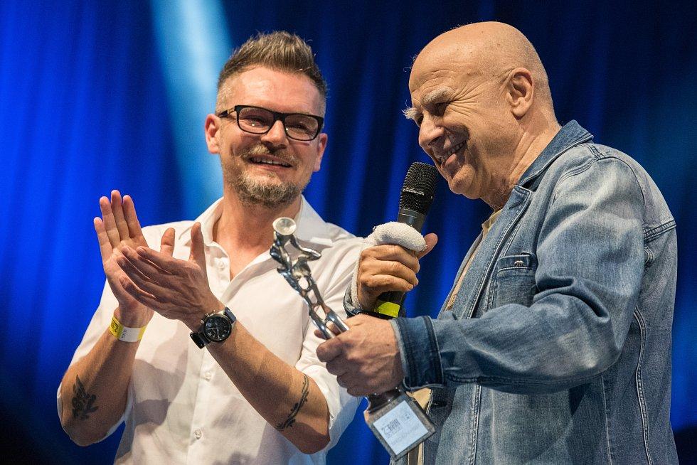Speciální cenu magazínu iREPORT si odnesl Ivan Mládek.