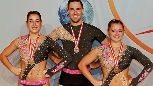Sedmnáctiletá studentka z Plzně Eliška Fajfrlíková (vlevo) vybojovala na mistrovství světa ve Vídni v kategorii trojic bronzovou medaili spolu s Adélou Zankelovu a australským trenérem Brentonem Andreolim