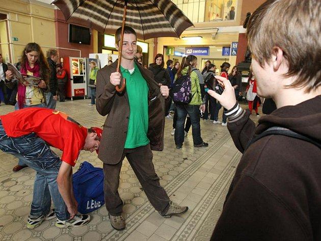 Kolem 300 lidí ve čtvrtek ustrnulo na několik minut na plzeňském vlakovém nádraží. Konala se tu totiž akce Freezing Pilsen
