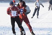 Na běžkách, ale i na bruslích se  chystají na  nadcházející sezonu   cyklisté  týmu AC Sparta  včetně  ředitele klubu  Zdeňka Rubáše (na snímku z bruslařského maratonu uprostřed)