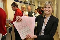 Tisková mluvčí Finančního ředitelství v PLzni Jitka Ježková ukazuje formuláře pro daň z příjmu