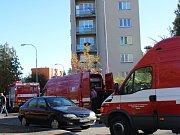 Hasiči evakuovali 14 lidí z panelového domu v ulici Na Okraji v Plzni na Skvrňanech.
