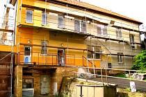 Mateřská škola v Kasejovicích prochází kompletní rekonstrukcí. Řemeslníci mění okna a také obnovují starou fasádu.