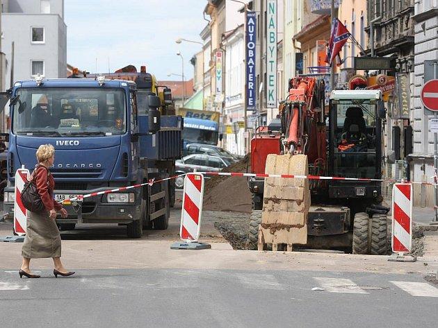 Průjezd vozovkou v Kollárově ulici je omezený, pozorní musí být i chodci