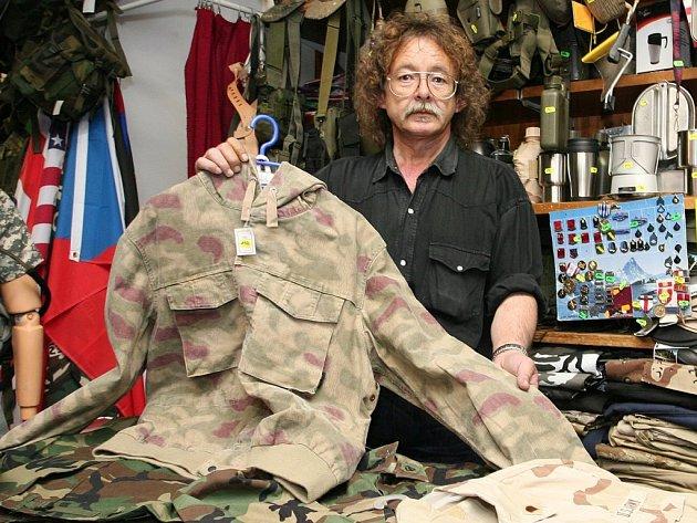 Prodavač z Intermilitarie Miloš Záhrubský ukazuje zboží, které je v prodejně k dostání