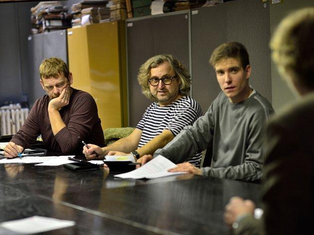 Režisér Jan Hřebejk (uprostřed) se seriálovými kriminalisty Martinem Stránským (vlevo) a Vladimírem Polívkou