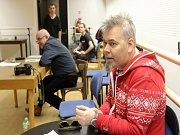 Tomáš Svoboda (v popředí), autor a režisér muzikálu, a Roman Meluzín (vlevo) při včerejším konkurzu na obsazení rolí fotbalistů v muzikálu Viktora Plzeň aneb Jinak to nevidím.