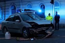 Při nehodě dvou aut na křižovatce Koperníkovy a Tylovy ulice zemřela chodkyně, na kterou jedno z aut vjelo