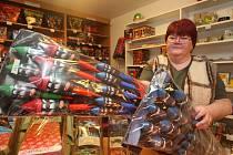 Pestrý výběr mají v  těchto dnech prodejny s pyrotechnikou, v předsilvestrovském období je o nejrůznější ohňostroje a petardy již tradičně velký zájem