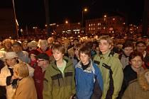 Tisíce lidí  se s dětmi v podvečer vypravily na otevření obchodního centra Plaza. V ulicích byl proto při  nadílce nebývalý klid
