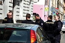 Policisté během kontroly v Kollárově ulici.