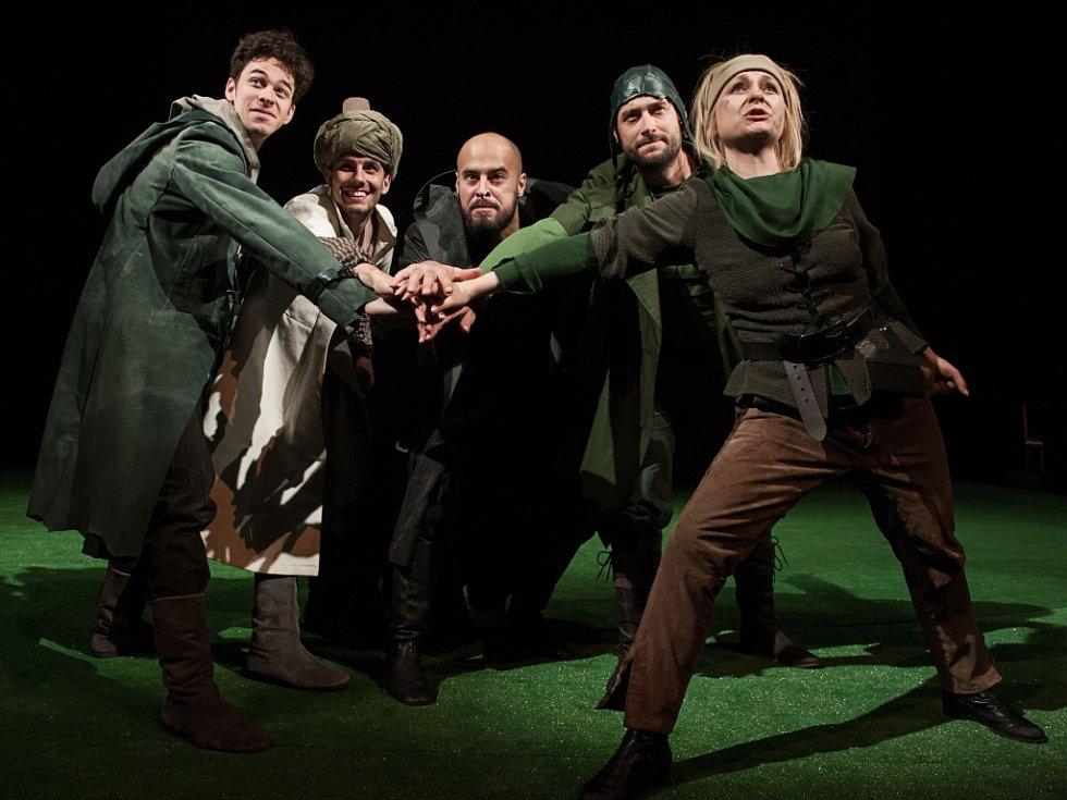 Na zkouškách Robina Hooda. Zleva: Marek Adamczyk (Malý John), Ondřej Vacke (Ahmed), Jan Maléř (Šerif), Michal Štěrba (Will), Štěpánka Křesťanová (Vesničanka)