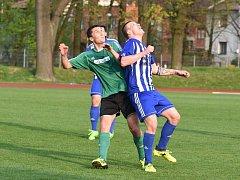 Fotbalisté Rokycan odčinili týden starou porážku v Domažlicích a Stříbro porazili vysoko 4:0. Na snímku kapitán Jan Hereit (v zeleném) v souboji s hráčem chodského celku.