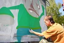 Student Marcel Bultas tvoří graffitovou výzdobu.