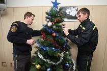 I když ve službě, přesto hasiči byli na Štědrý den u stromečku. Nazdobili ho přímo na stanici