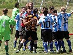 Fotbalisté Košutky se radují. Uspěli v baráži proti Meclovu a I. A třídu si zahrají i v příští sezoně.