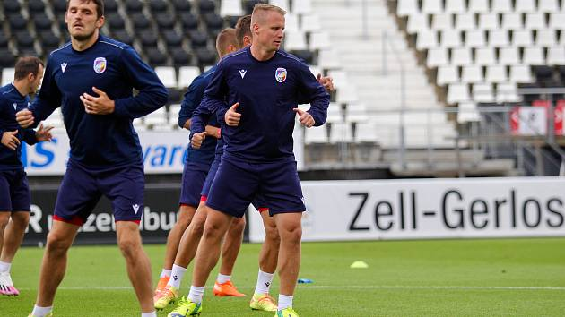 Předzápasový trénink fotbalistů Viktorie na stadionu AZ Alkmaar, který prochází rekonstrukcí poté, co se na něm loni zřítila střecha. Dnešní utkání vysílá ČT Sport.