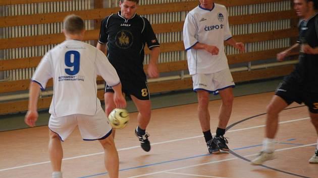 Futsalisté divizního celku 1. FC Čespo 21 Plzeň (na snímku sledují akci jednoho z hráčů FC Čižice zcela vlevo Rudolf Spörl a třetí zleva David Konáš) vyhráli druhý ročník turnaje Memoriál Pepy 'Áčka' Bednáře