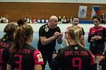 Trenér Richard Řezáč a hráčky DHC Plzeň.