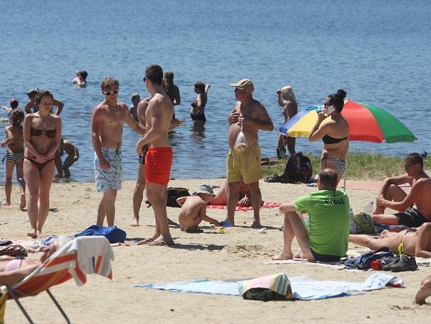 Víkendové tropické teploty vytáhli lidi k Boleváku