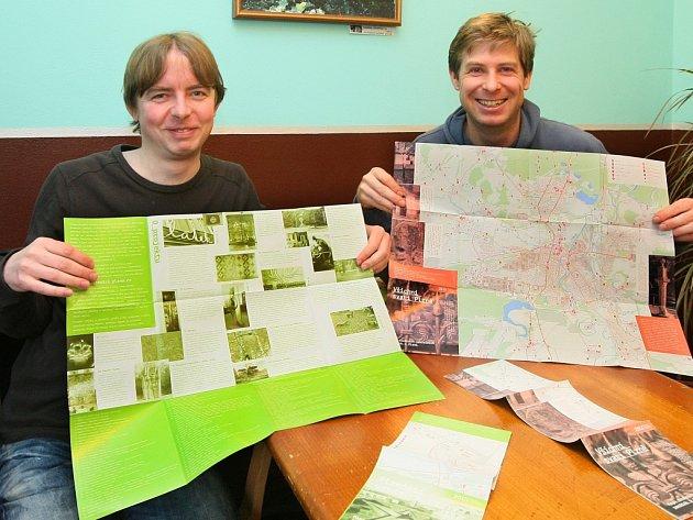 Skupina Křížky a vetřelci vydala letos dvě mapy. První zobrazuje to nejzajímavější z normalizačního umění v Plzni, druhá drobné sakrální památky. Na snímku jsou (vlevo) Pavel Cvrček a Aleš Hejna.