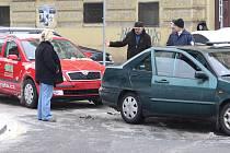 Led na křižoatce ulic Husova a Kardinála Berana měl na svědomí jak chodce, tak i nehody aut